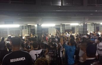 Protesto da torcida após derrota para Santos esquenta clima no Majestoso