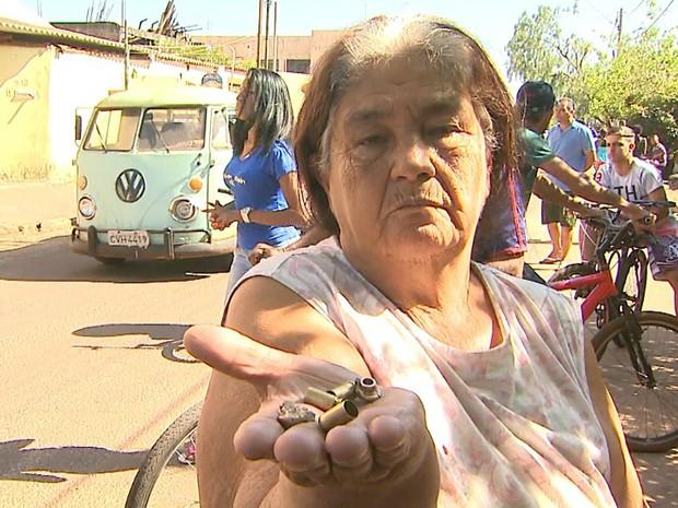 Ilma Pavanelo dos Santos mostra projéteis recolhidos em frente à casa onde mora (Foto: Paulo Souza/EPTV)