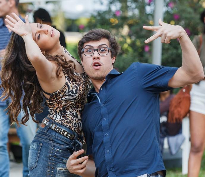 Amanda de Godoi e Francisco Vitti se divertem durante as filmagens do noivado de Nanlipe (Foto: TV Globo/Artur Meninea)