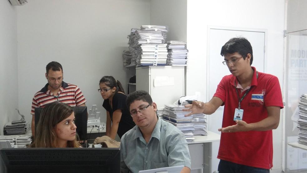 Surdos contam com instrutor de libras (Foto: Carolina Sanches/ G1)