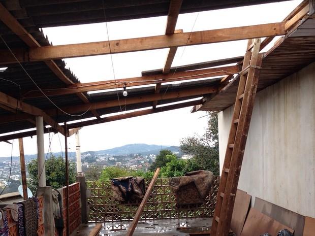 Vendaval destelhou casas em Caçador nesta segunda (7) (Foto: Osvaldo Sagaz/RBS TV)