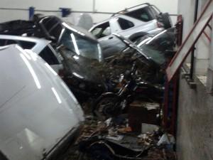 Oficina foi invadida pela água, carros atingiram cilindro com gás e há risco de explosão (Foto: Reprodução Whatsapp)