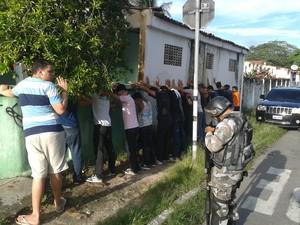 Grupo de estudantes é revistados por policiais durante protesto na tarde desta quinta-feira (15) (Foto: André Teixeira/G1 CE)