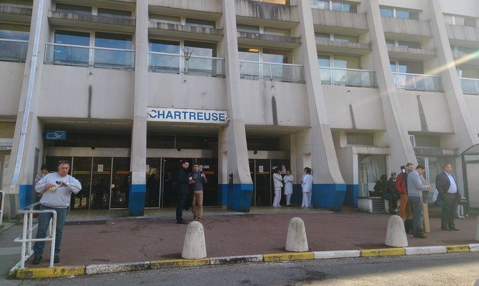 Pouca movimentação na frente do hospital onde Michael Schumacher está internado (Foto: Felipe Siqueira)