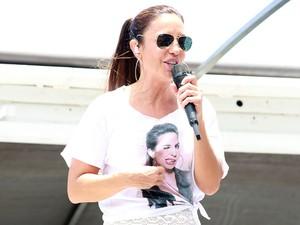 De saia branca e camiseta com estampa de uma foto dela mesma, Ivete comanda trio do Arrastão (Foto: Mauro Zaniboni /Ag Haack)