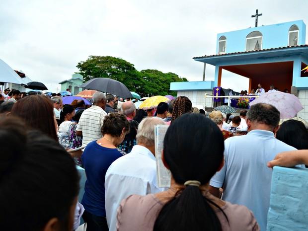 No Cemitério Santo Antônio houve missa durante a manhã (Foto: Rogério Aderbal/G1)