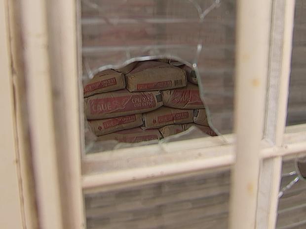 Materiais são abandonados em construção de escola em Itapetininga (Foto: Reprodução/TV TEM)