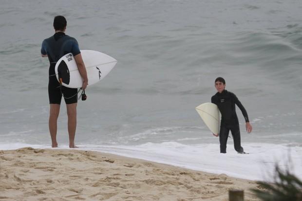 Vladimir Brichta surfa na Praia da Macumba (Foto: Dilson Silva / Agnews)