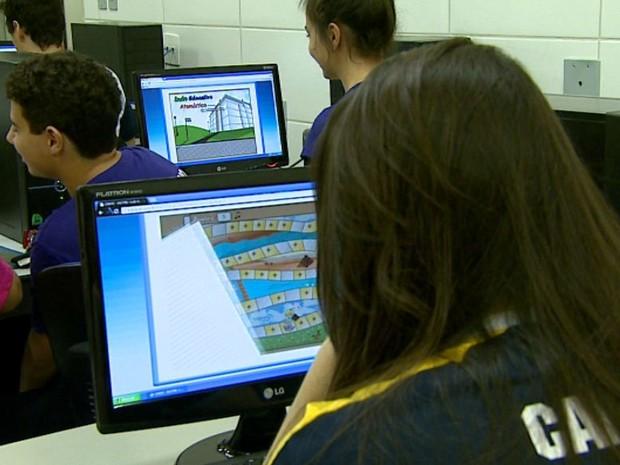 Alunos com dificuldade em química aprendem matéria com jogo de computador (Foto: Paulo Chiari/EPTV)