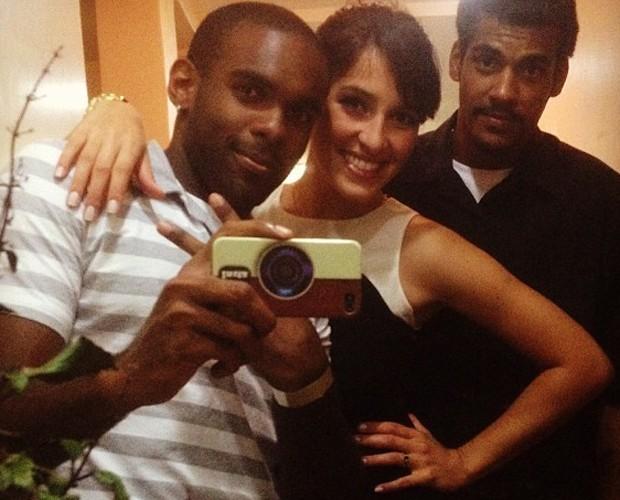 O ator ao lado da namorada Caroline Alves e do amigo Fabricio Santiago (Foto: Arquivo pessoal)