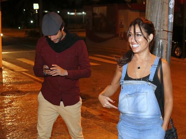 Giselle Itié acompanhada em restaurante na Zona Oeste do Rio (Foto: Ag. News)
