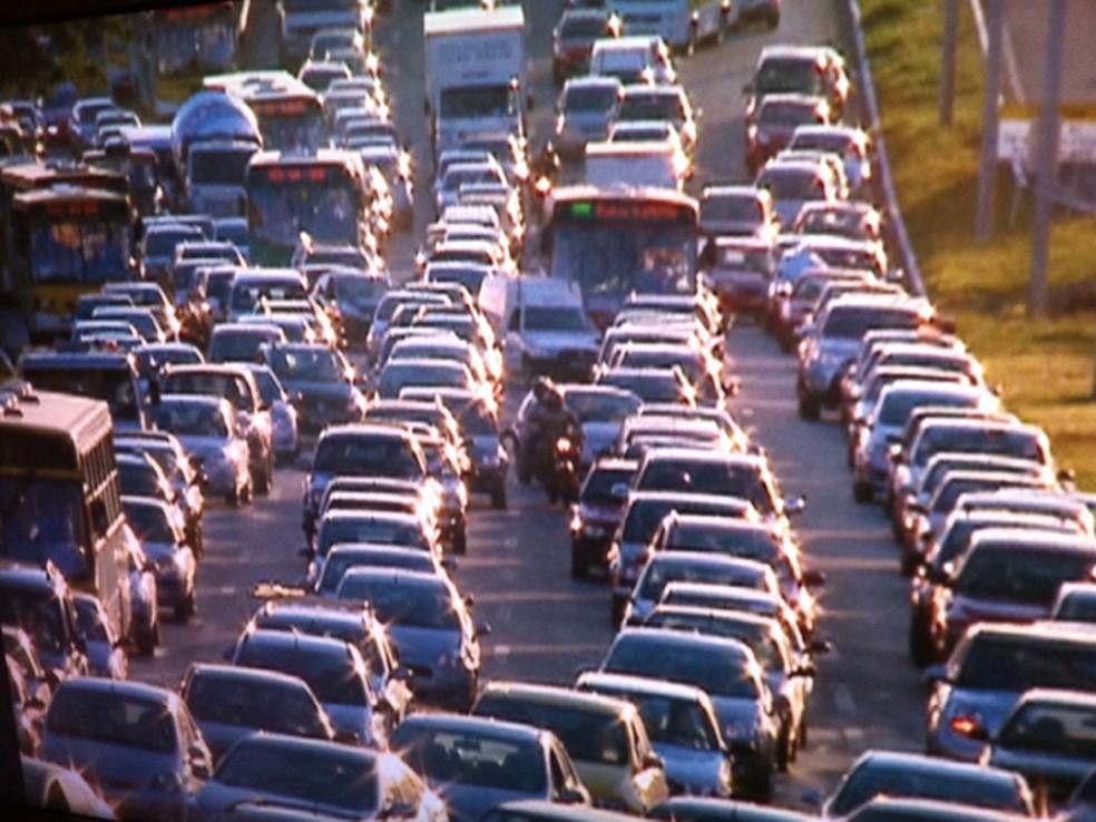 Trânsito na EPTG; infrações na via podem ser pagas com desconto de até 40% a partir de domingo (1º) para quem acessar a notificação por aplicativo (Foto: TV Globo/Reprodução)
