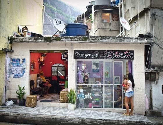 Salão de cabelereiro na Rocinha (Foto: Leticia Moreira/ Folhapress)