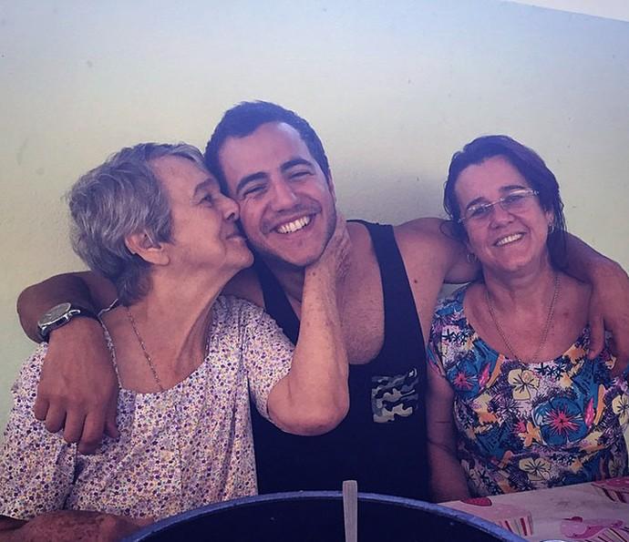 Família, o aspirante a brother posa com a mãe e a avó (Foto: Arquivo Pessoal)