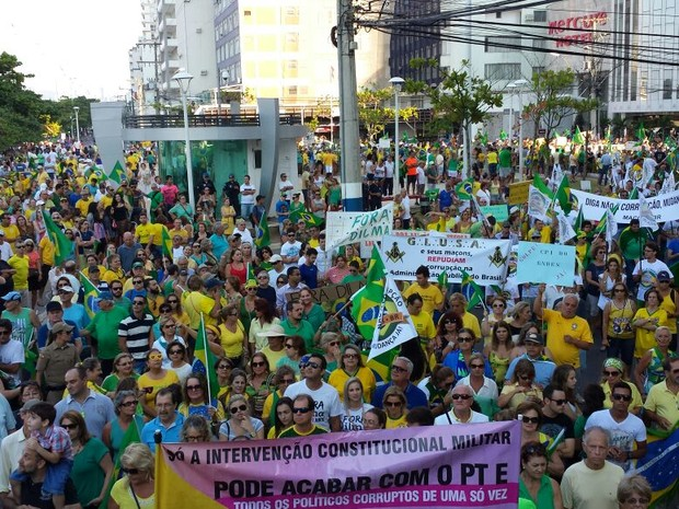 Manifestantes se concentraram no Centro de Balneário Camboriú  (Foto: Luiz Carlos/RBS TV)