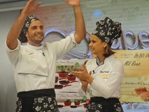 Max, ao lado de Milena, recebe prêmio (Foto: Mais Você / TV Globo)