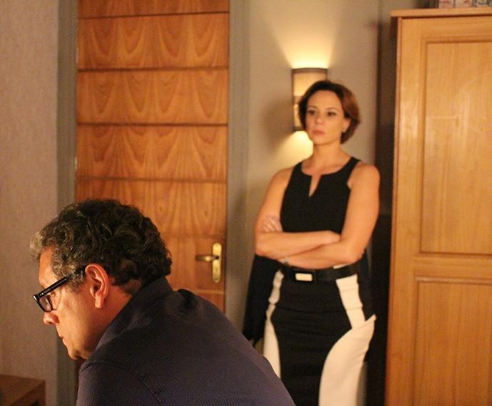 Miguel tenta enrolar Ana (Foto: Rodrigo Brisolla/Gshow)