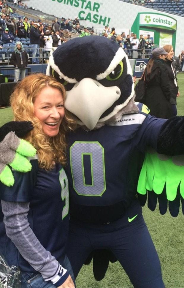 049e6b3019 Mascote do Seattle Seahawks criou polêmica após selfie com torcedora (Foto   Reprodução Twitter
