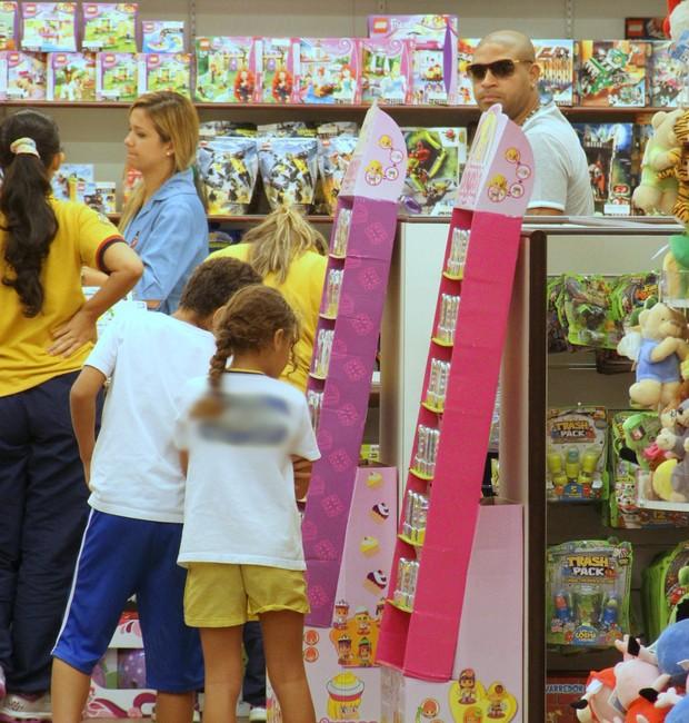Adriano passeia com os filhos em shopping (Foto: Marcus Pavão/Agnews)