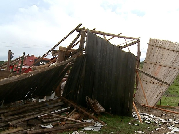 Estrutura desabou com a força do vento (Foto: RBS TV/ Reprodução)