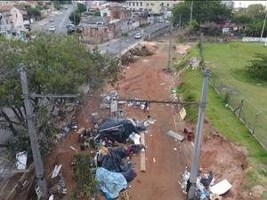 Lixo acumulado, mato alto e perigo para a população, na estação abandonada do VLT, na Vila Pompéia (Foto: Reprodução/EPTV)