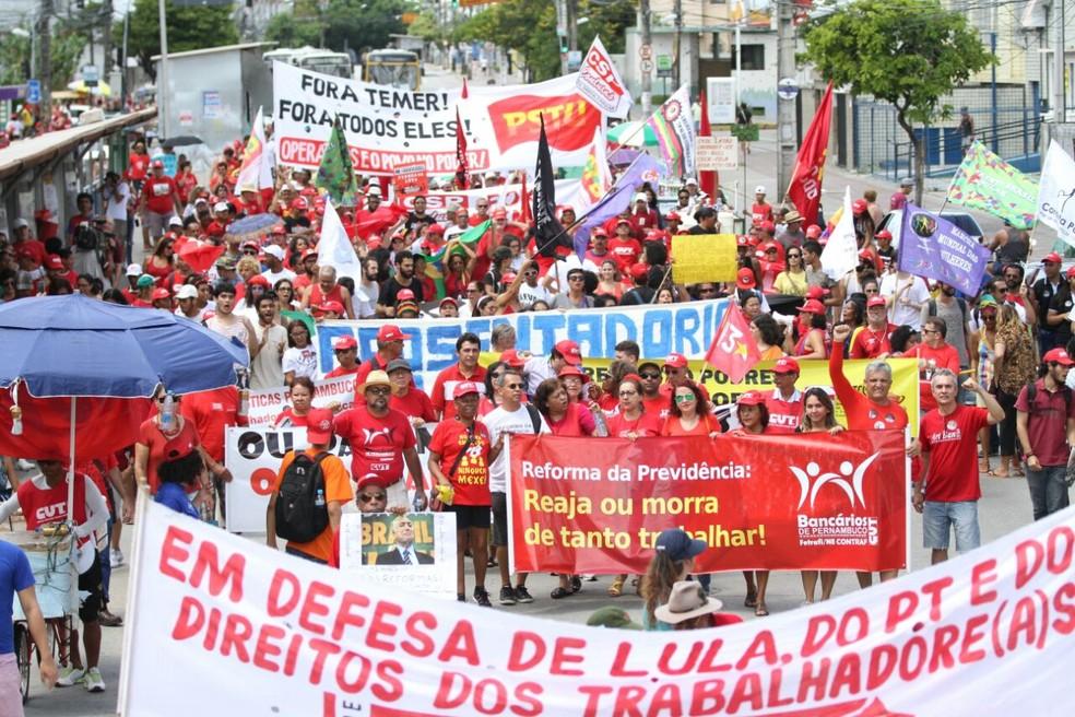 Movimentos sociais e centrais siondicais fazem ato público no Recife para marcar o Dia do Trabalhador (Foto: Aldo Carneiro/Pernambuco Press)