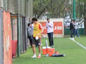 Rodrigo Dourado acusa dor no tornozelo direito (Foto: Tomás Hammes / GloboEsporte.com)