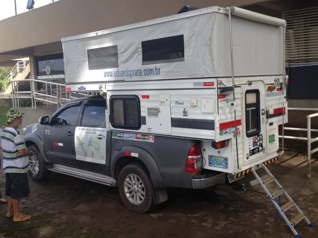 Veículo possui compartimento com cama, televisão e chuveiro (Foto: John Pacheco/G1)