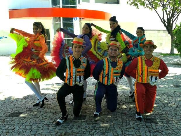 Brincantes mostram figurino da quadrilha Zé Moringa (Foto: Anderson Wagner/ Divulgação)