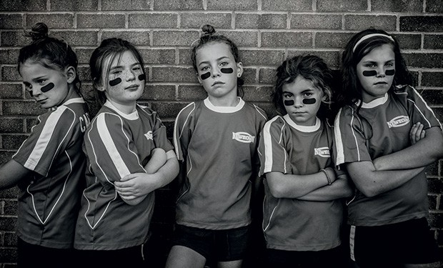 A imagem de cinco meninas em clima pré-jogo é um dos destaques do livro. (Foto: Kate T. Parker)