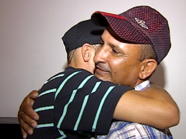 Servente de pedreiro abraça o filho, que está preso em Jales (Foto: Reprodução / TV Tem)