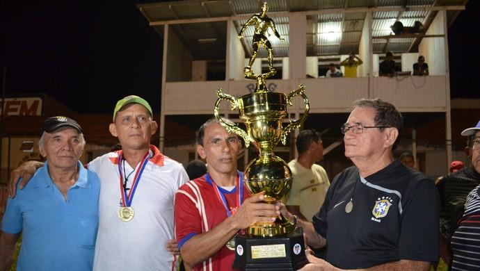Capitão Barão, de 46 anos, recebe taça de campeão da Copa Oeste 2014 (Foto: Weldon Luciano/GloboEsporte.com)