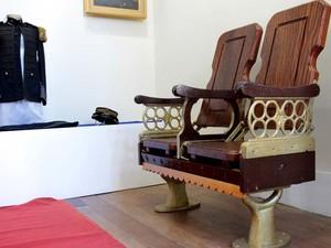 Cadeiras viraram relíquias em museu da cidade (Foto: Erica Ferreira/Ascom)
