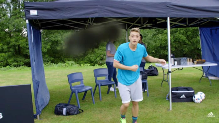 BLOG: Truque ou habilidade? Özil volta a fazer malabarismo com chiclete e acerta câmera