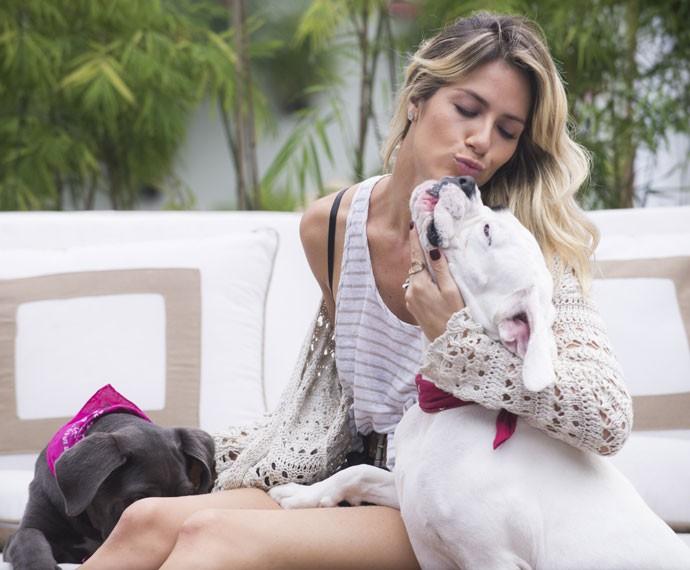 Giovanna Ewbank posa com os seus cachorros  (Foto: Raphael Dias/ Gshow)