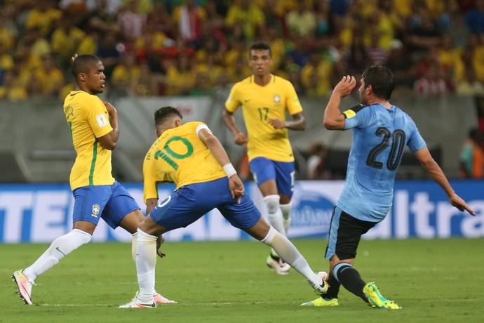 Neymar faz falta em Alvaro González e recebe cartão amarelo (Foto: Lucas Figueiredo / MoWA Press)