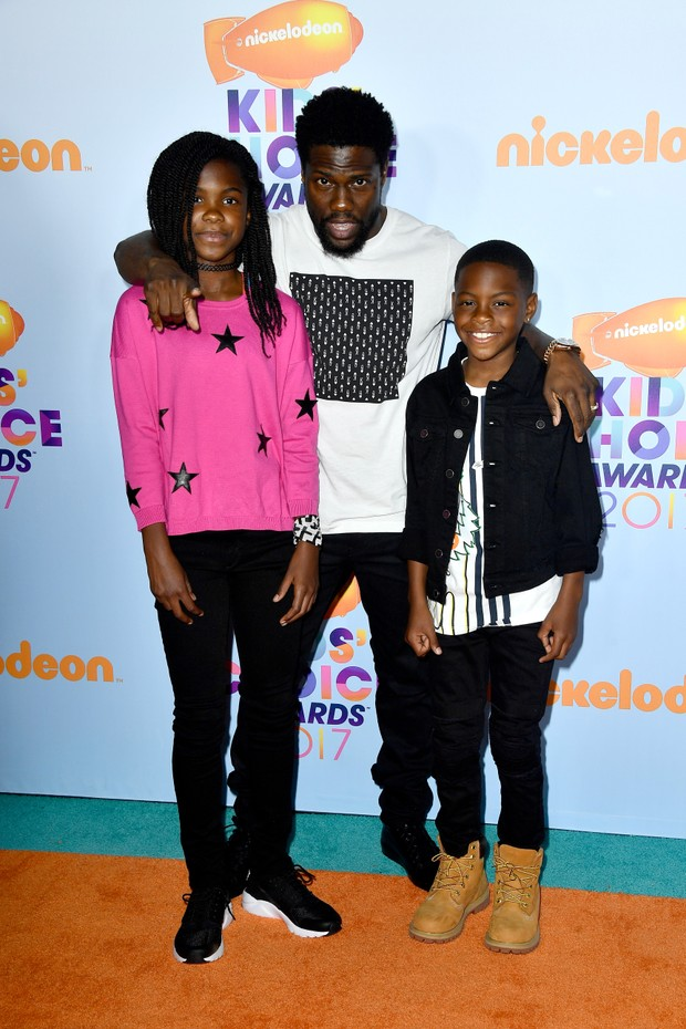 Kevin Hart com os filhos, Heaven e Hendrix, no Kids Choice Awards (Foto: Getty Images)