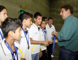 Gony Arruda recepciona delegação cearense vencedora nas Olimpíadas Escolares (Foto: Divulgação/Sesporte)