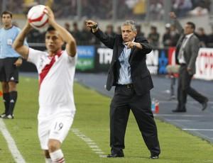 Peru 1 x 0 Equador, Yotún e o técnico equatoriano Reinaldo Rueda - AP (Foto: AP)