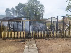 Casa de madeira foi consumida pelo fogo em Macapá  (Foto: John Pacheco/G1)