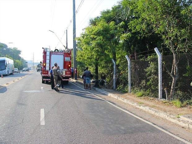 Local onde ocorreu acidente fica entre Avenida Torquato Tapajós e aeroporto internacional (Foto: Adneison Severiano/G1 AM)