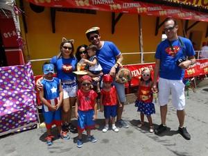 Super-heróis foi o tema escolhido por este grupo de amigos de Recife para brincar o carnaval (Foto: Joalline Nascimento/ G1)