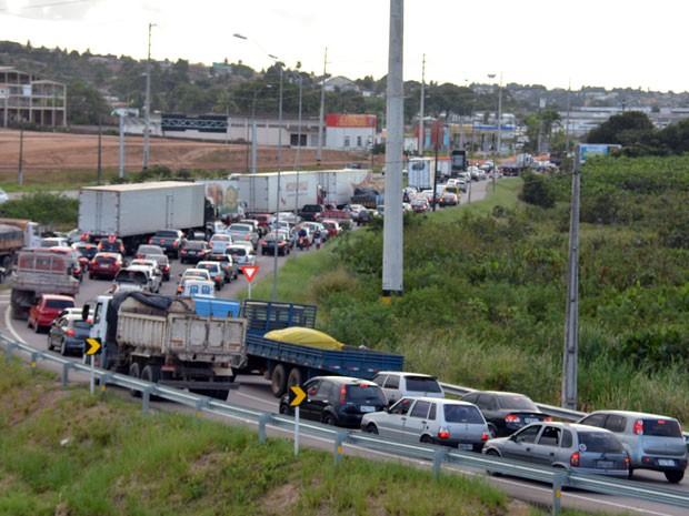 Perseguição seguiu pela BR-230, onde os suspeitos bateram o veículo e fugiram a pé pela mata; trânsito ficou congestionado (Foto: Walter Paparazzo/G1)