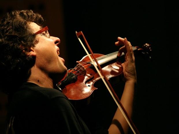O violinista austríaco Rudi Berger, que mora dede 2003 no Brasil, em apresentação (Foto: Atelier/Divulgação)