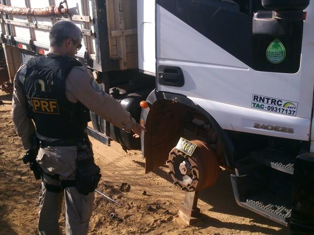 Caminhoneiro foi amarrado e teve oito pneus do veículo roubados (Foto: PRF/Divulgação)