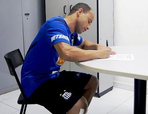 Léo renova contrato com o Santos (Foto: Fabio Maradei / Divulgação Santos FC)