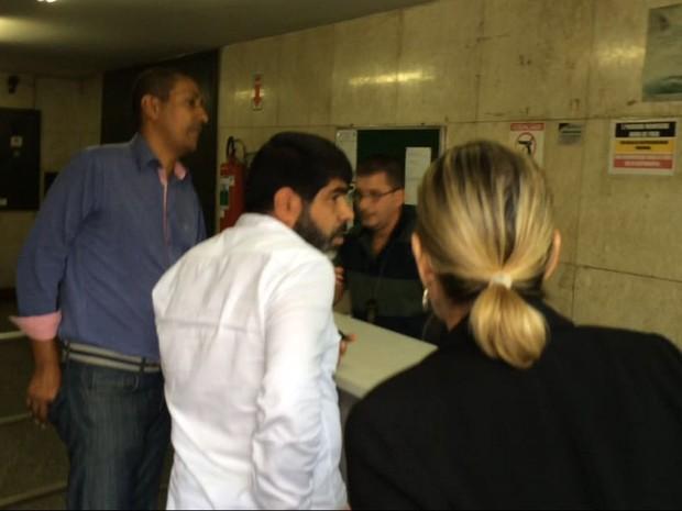 Comerciante iraniano na Corregedoria da Polícia Civil (Foto: Isabela Leite/G1)