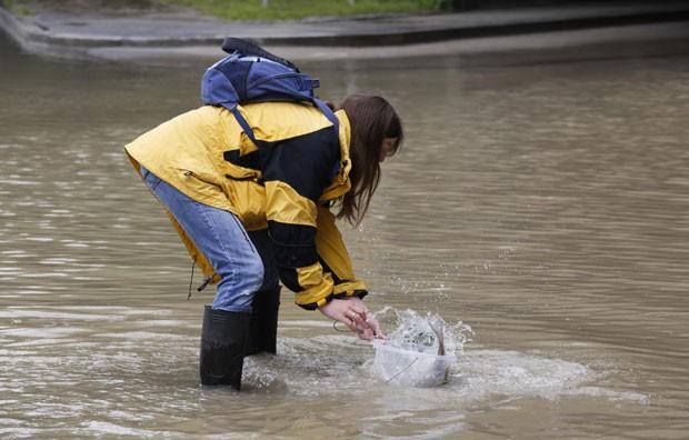 Moradora capturou um peixe em uma rua alagada em Passau (Foto: Wolfgang Rattay/Reuters)