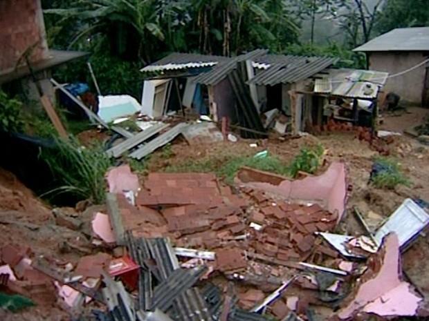 casa desaba em petropolis  (Foto: Reprodução/Inter TV)