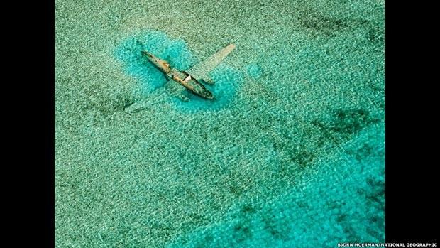 Avião de traficantes colombianos caiu nas Bahamas na década de 1980 e rendeu essa bela foto (Foto: Bjorn Moerman/National Geographic)